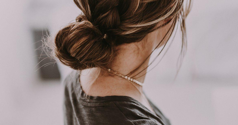 Девушка с пучком волос